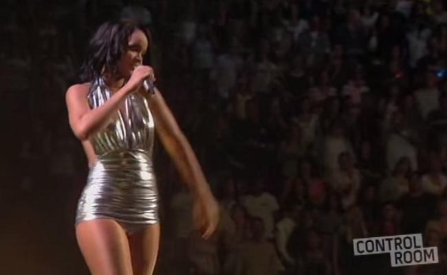 Rihanna sexy robe décolleté